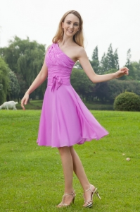 Lavender A-Line / Princess One Shoulder Knee-length Chiffon Ruch Dama Dresses for Quinceanera
