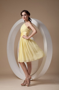 Yellow Empire One Shoulder Knee-length Chiffon Ruch Dama Dresses for Quinceanera