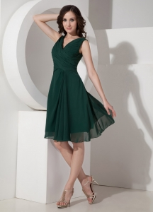 Green A-Line / Princess V-neck Knee-length Chiffon Ruched Dama Dresses for Quinceanera