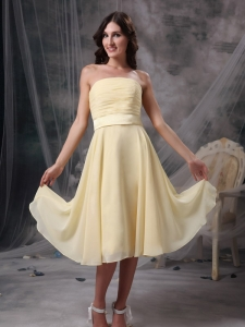 Light Yellow Empire Strapless Knee-length Ruch Chiffon Dama Dress