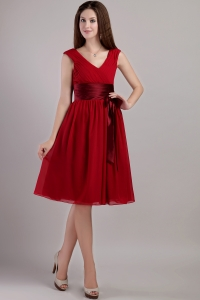 Wine Red Empire V-neck Knee-length Chiffon Sash Dama Dresses for Quinceanera