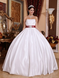 New White Quinceanera Dress Strapless Taffeta Sashes / Ribbons Ball Gown